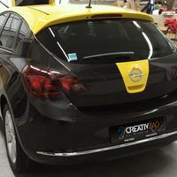 Opel Astra von Graphit Schwarz auf Black Metallic und Sunflower plus Werbebeschriftung